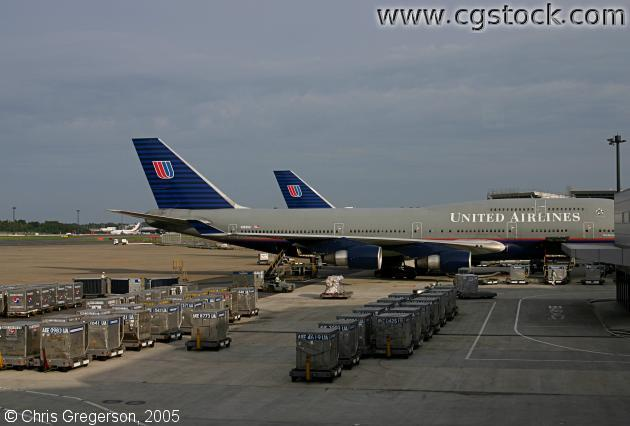 United Airlines 747-400 at the Gate, Hong Kong